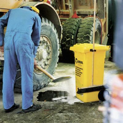Person som tar hand om oljespill med hjälp av absol.