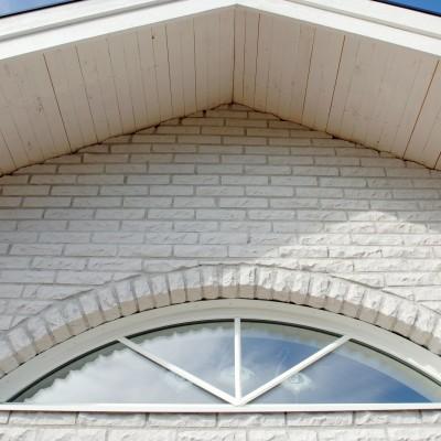 Ett hus med rundhugget mexitegel.